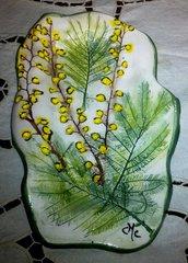 Piccoli vassoi svuota tasche di ceramica con fiori e foglie di mimose impresse per la festa della donna