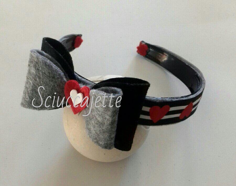Cerchietto con fiocco in feltro nero grigio rosso e bianco