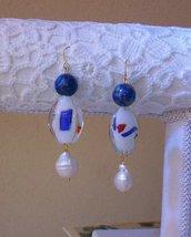 Orecchini pendenti realizzati a mano con Lapislazzuli, Perle barocche e lampwork, 7 cm