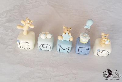 Cake topper cubi con orsetti in scala di blu 5 cubi 5 lettere ROMEO