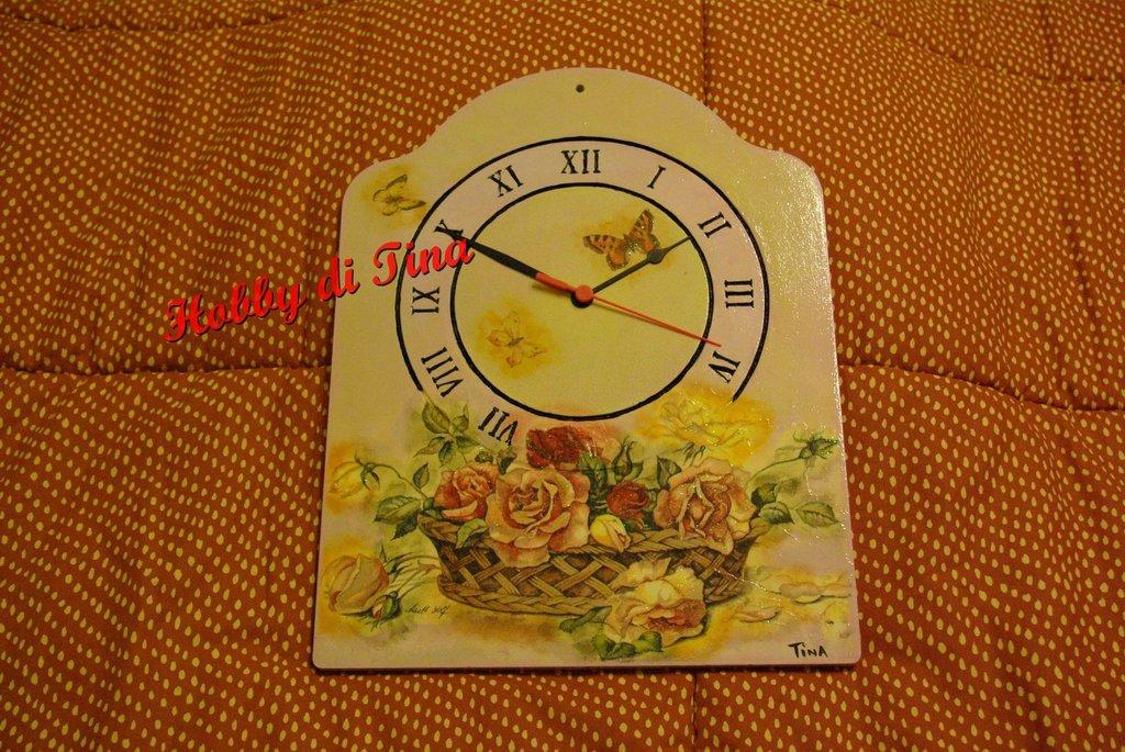 Orologio con cesto di rose