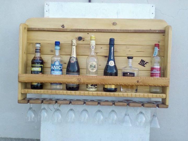 Bottigliera da parete in legno con porta calici.