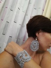 Orecchini e bracciale silver ad uncinetto, orecchini lunghi e bracciale bello largo fatti a mano, lurex, bijoux artigianali