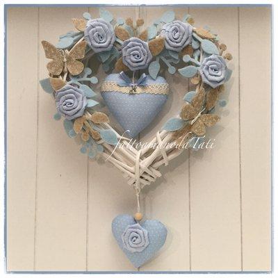 Cuore/fiocco nascita in vimini decorato con roselline,rametti,farfalle e cuori azzurri e beige