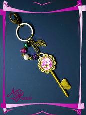 """Portachiavi """"Fiori Rosa"""" - cabochon a forma di chiave + perle e coralli"""