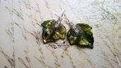 Orecchini foglie dipinte a mano verde dorato argento microperle aurora boreale ottone