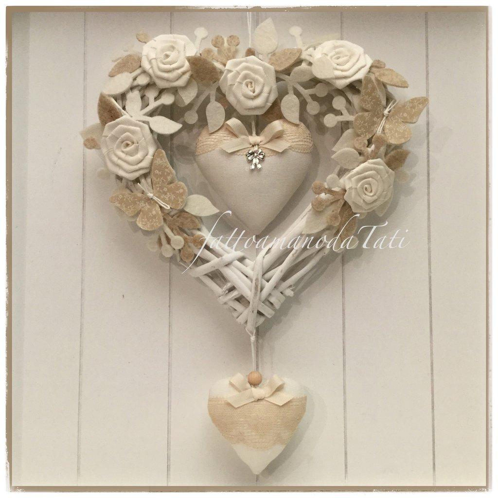 Cuore/fiocco nascita in vimini con roselline,rametti, farfalle e cuori sui toni bianchi e beige