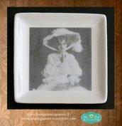 Piattino quadrato decorato in fotoceramica con figura femminile in abiti ottocenteschi e cappello