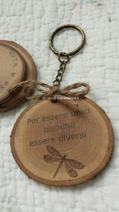 Portachiavi in legno con libellula e stampa personalizzata