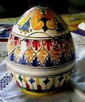 Scatola  a forma di uovo con apertura a smerli irregolari di ceramica con motivi in balze diverse tra loro