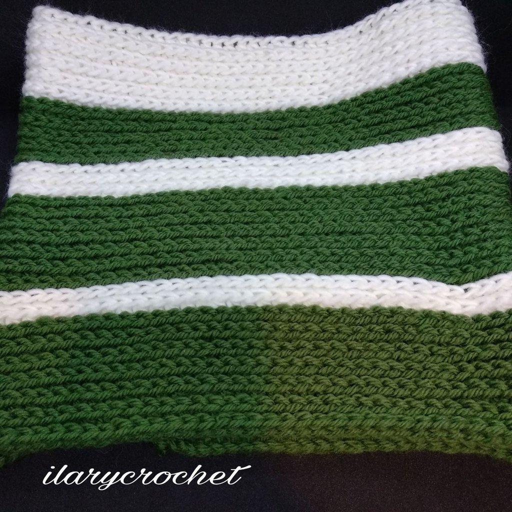 Scaldacollo all'uncinetto di lana verde e panna