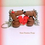 Portachiavi con bassotti in fimo per san valentino personalizzabile con le iniziali, miniature idee regalo animali personalizzabile