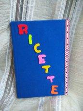 Allegro libro delle ricette foderato di tessuto e letterine di pannolenci