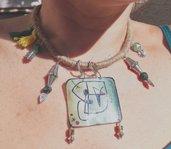 Collana stile etnico realizzata a mano con ciondolo in plastica termoretraibile e pietre