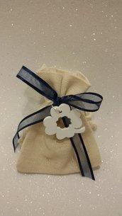 sacchetto bomboniera di lino con quadrifoglio e nastro