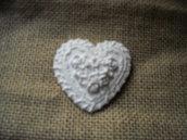 Gessetto segnaposto-bomboniera a forma di cuore con bordo merlettato e roselline