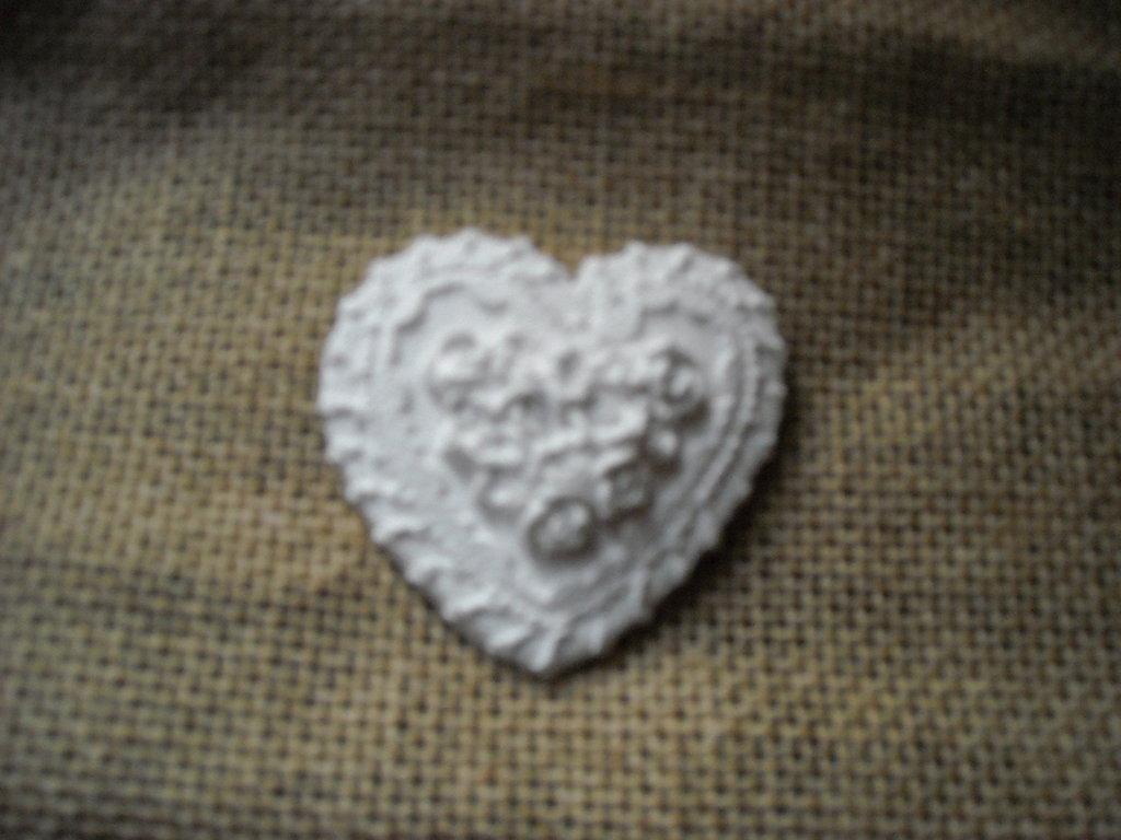 Su ordinazione Gessetto segnaposto-bomboniera a forma di cuore con bordo merlettato e roselline 3 Pezzi