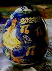 Scatola a forma di uovo con apertura a smerli irregolari di ceramica con gallina e frasi spiritose