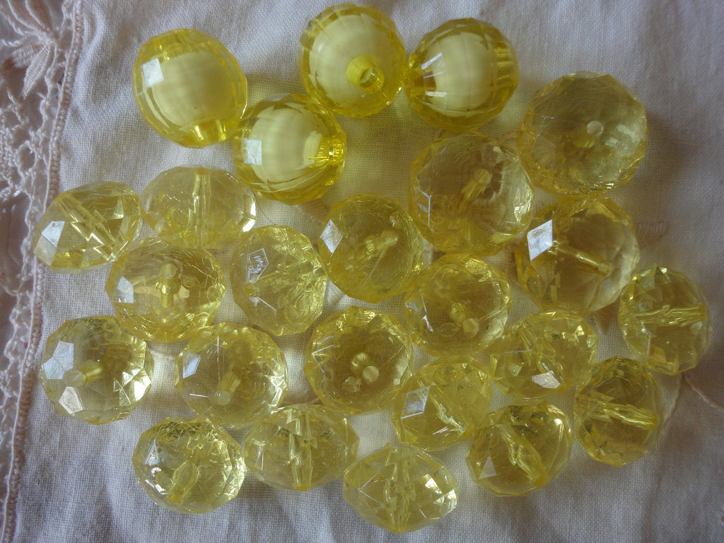 24 Perle Gialle Acriliche 3 da 21mm., 4 da 19x18mm. , 17 da 18x14 mm.
