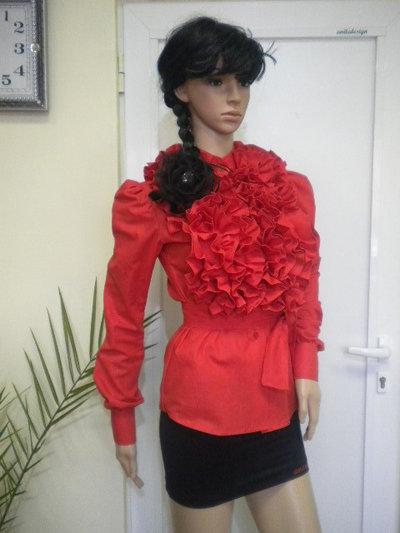 Camicia elegante da donna in rosso con riccioli di cotone.