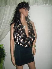 Abito da donna elegante o tunica con scollo greco e schiena nuda,