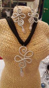 Collana girocollo in fettuccia di Lycra con pendente in alluminio striato con moschettone in acciaio