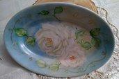 vassoio   in porcellana dipinto a mano con  soggetto rose antiche