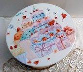 alzatina  per dolci diametro 20 cm in porcellana dipinta a mano , con soggetto torte e cupcake