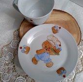 tazza e piatto per la  colazione in porcellana  dipinta  a mano ,con soggetto gingerbread