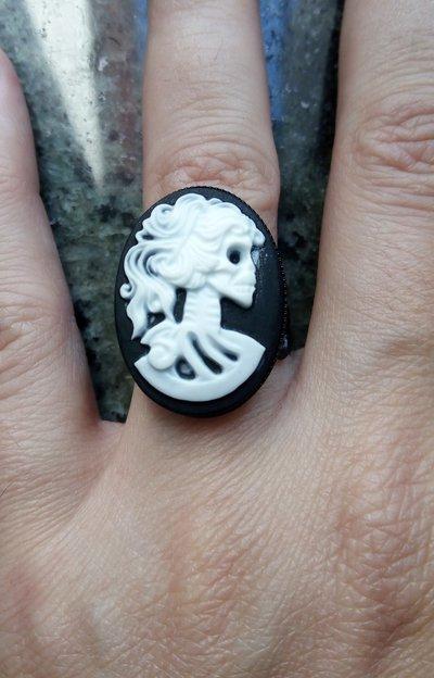 *Anello con cammeo di scheletro femminile - Skeleton woman cameo ring*
