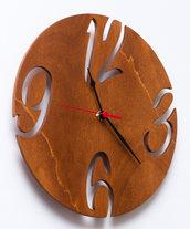 Orologio in legno Circle Cherry, interamente fatto a mano con la tecnica del traforo ed infine dipinto con colori all'acqua.
