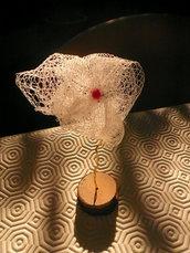 Fiore in plastica colorata, legno e filo metallico