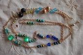 Catenina per occhiali con perle varie di tonalità verde e azzurro e catena dorata, lunghezza cm.80