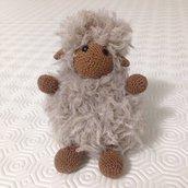 Pecorella beige e marrone amigurumi e pompon fatta a mano
