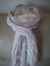 Delicata sciarpa bianca con merletto di fiorellini lilla