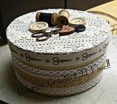Scatola rotonda - porta cucito - contenitore cucito - metro, rocchetto cotone, bottoni, forbici - idea regalo, sarta, sartoria