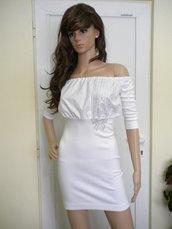 Camicetta bianca da donna elegante con spalle nude e decorazione