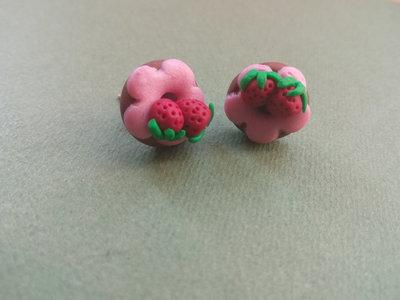 Orecchini a ciambellina con fragole