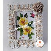 Portafoto in legno con pizzo e fiore beige