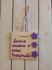 Magico viola su quadretti di legno
