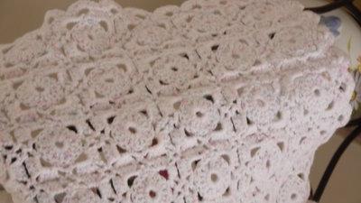 Copertina per carrozzina o culla in morbida lana baby bianca e rosa lavorata a mano