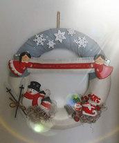 Ghirlanda natalizia con pupazzi di neve e angeli