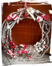 Ghirlanda fuoriporta natalizia in rami di legno intrecciati