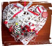 Cuore fuoriporta natalizio in vimini bianco e decorazioni in polvere di ceramica