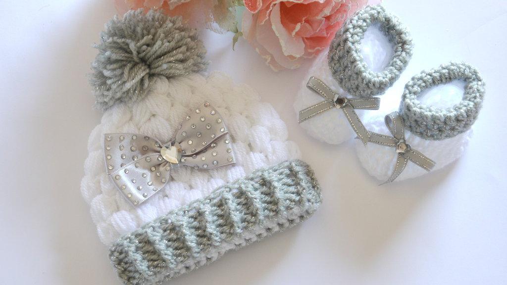 Scarpine e cappello  completo in lana bianca e argento fatto a mano