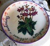 Piatto murale di ceramica da appendere decorato con fiori e foglie di borragine con, il suo linguaggio