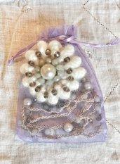 Parure collana e spilla realizzate ad uncinetto con filo elastico con cristalli sfaccettati stondati e perle classiche