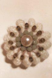 Spilla in lana color panna fatta a mano realizzata ad uncinetto e decorata con perle nella parte centrale