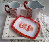 sevizio in porcellana dipinto a mano composto da lattiera,tazza , vassoio, soggetto gingerbread