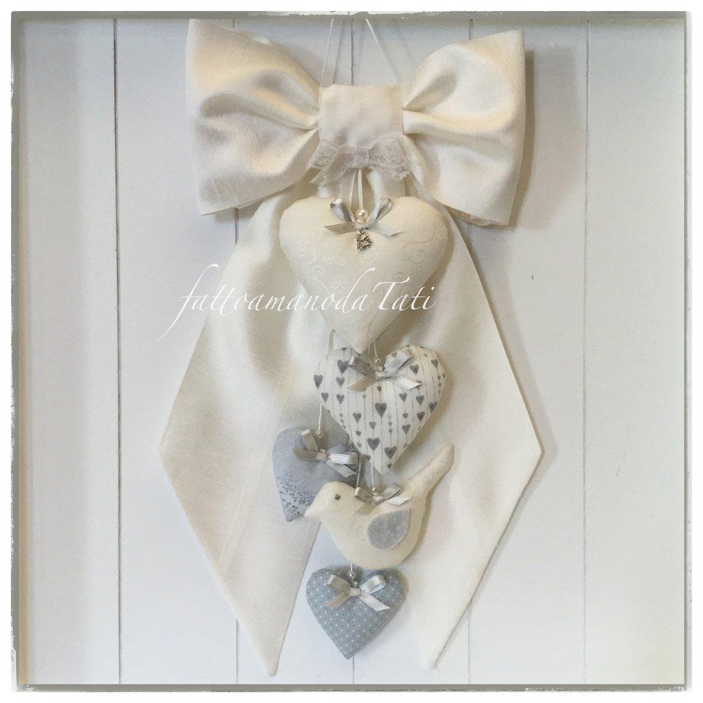 Fiocco nascita in shantung di seta bianco con cuori e uccellino sui toni del bianco/grigio